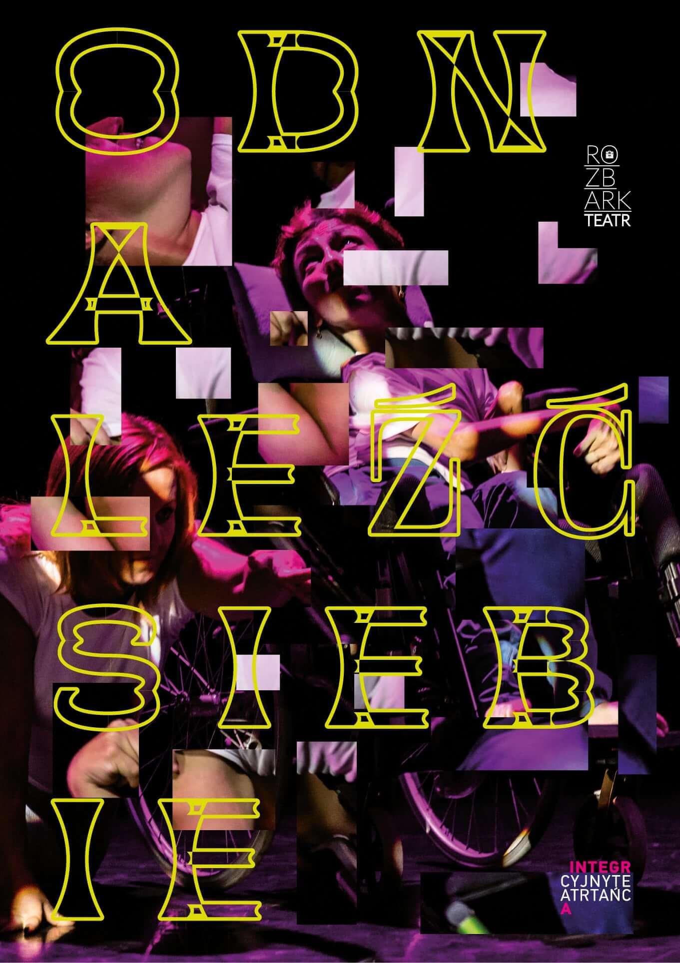 Plakat ze spektaklu Integracyjnego Teatru Tańca Integra. Na plakcie widocznoa jest osoba na wózku inwalidzkim, na czarnym tle. Na całości plakatu znajdują małe keadraty i prostokąty. Od góry do dołu umieszczony jest nast napis drukowanymi literami o żółtych krawędziach:ODNALEŹĆ SIEBIE. W prawym górnym rogu znajduje się logo Teatru Rozbark w kolorze białym.